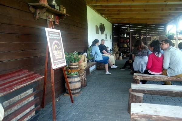 grupa na wycieczce edukacyjnej w Kluczewie