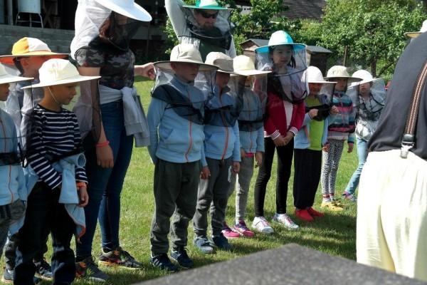 grupa dzieci na wyciecze edukacyjnej Kluczewo